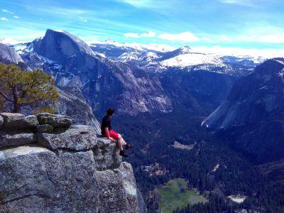 Výhľad z okraja útesu Yosemite Point, naľavo vidno Half Dome