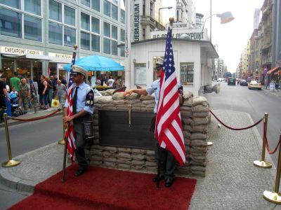Checkpoint Charlie v Berlíne