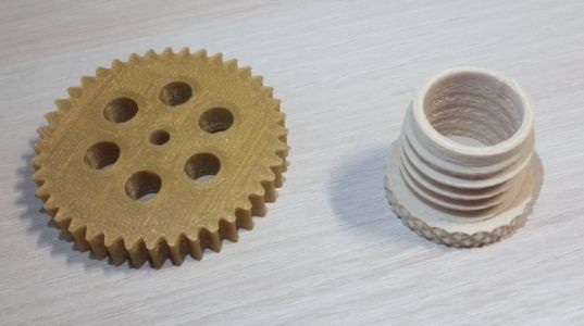 Hotové výtlačky: ozubené koleso a komponent so závitom