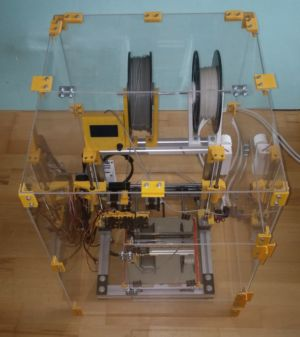 Manuálne poskladaná 3D tlačiareň