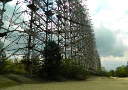 Ohromná ocelová konstrukce anténního pole radaru Duga-1