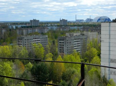 Ze střechy: Pripjať a elektrárna v pozadí