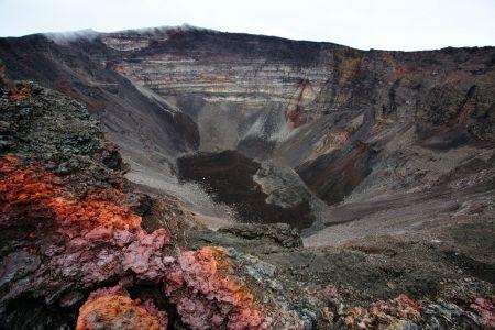 Kráter spiacej sopky Piton de la Fournaise