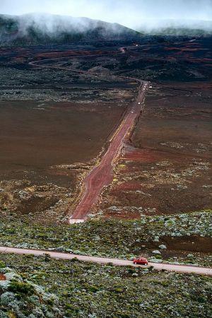Príjazdová cesta k jednej z najaktívnejších ostrovných sopiek