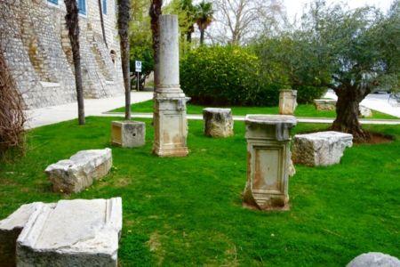 Mramorové stĺpy pred hradbami