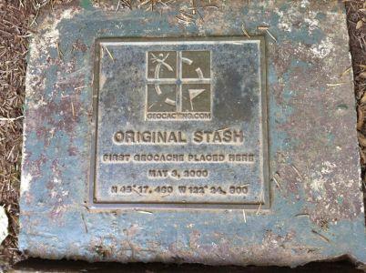 Plaketa Original stash na mieste prvej kešky v Oregone