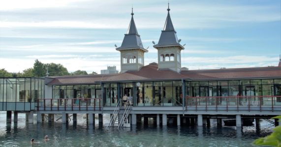 Hévíz: Kúpeľný komplex na jazere