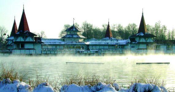 Hévíz: Aj v zime sa dá plávať vonku